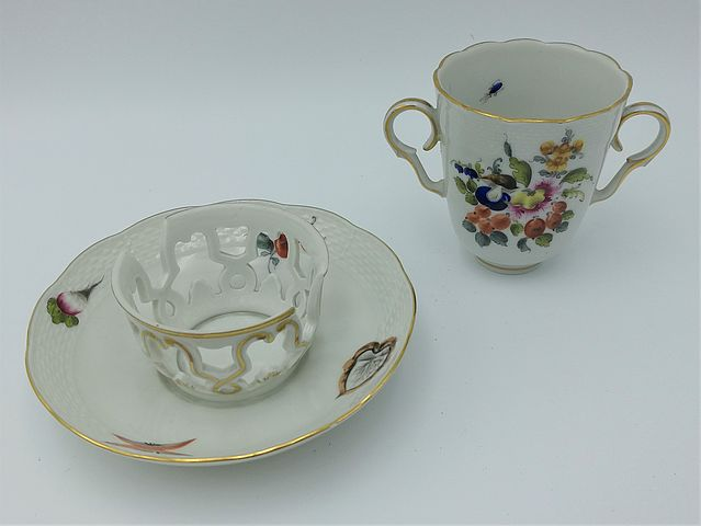 Herend, Hungary, tazza, cioccolata, doppio, manico, piattino, cestello, ceramica, XX, secolo, midcentury, decoro, fiori, frutta, filo, oro, zecchino, decoro, manuale, handpainted, european, ceramic, chocolat, cup, collection,